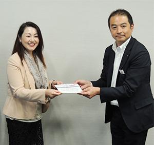 中山太郎支社長(右)から大江かおり代表へ助成金が贈呈された