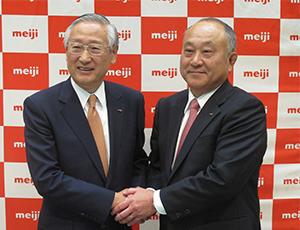松田克也明治次期社長(右)と川村和夫明治HD次期社長