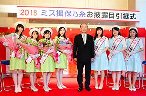 井上猛理事長(中央(右))を挟んで新ミス(右から浜崎悠衣さん、金井愛佳さん、敏森ほのかさん。近藤由紀さんは欠席)と前年ミスの4人
