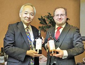 岡村善文特命全権大使(左)とレオン・マラゾーグ駐日コソボ共和国大使