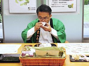 贈呈された「かぶせ茶」を味わう大村秀章知事