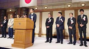 高岡慎一郎会長(中央)が就任し、新体制が船出した