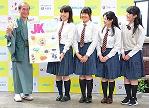 完成したマップを門川大作京都市長に手渡す堀川高校放送局員