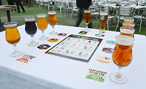 多彩な味わいのクラフトビール10種を提供する