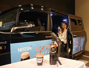 ワゴンタクシー(奥)とハンディサーバーで入れたアイスコーヒー(手前)