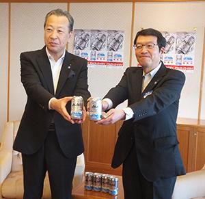 デザイン缶を手にする岡口憲義副市長(左)と大和陽二神戸統括支社長