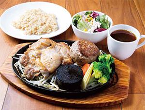 鶏モモ肉200g+牛赤身肉のレアハンバーグ150g 単品1,900円、玄米セット2,280円(各税抜き)