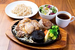 「鶏モモ肉200g+牛赤身肉のレアハンバーグ150g」の玄米セット2280円(税抜き)