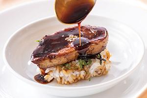 鎌田昭男総料理長監修の「フォワグラ丼」はプラス18円で提供、売上げは全額寄付