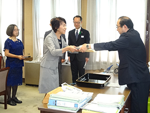 授賞式に臨む平光佐知子コープあいち副理事長(中央)と鳥居保博県民文化部長(右)