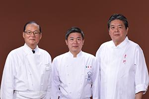 左から鎌田昭男総料理長、濱崎龍一氏、小山裕久氏