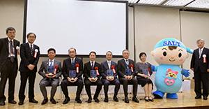 土橋卓也委員長(左から2人目)と受賞企業6社