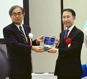 土橋卓也委員長(左)と砂川雄一社長