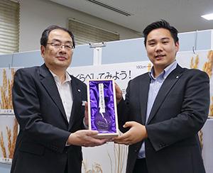 「白鶴 銀座 天空農園の酒」を紹介する小野寺裕郎東京支社長(左)と高尾翔太氏
