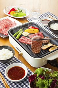 最近では煙が出ないホットプレートが人気。家庭における「焼肉」のハードルも下がっている