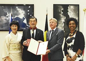 ベルギーのギュンテル・スレーワーゲン駐日大使夫妻(右)と小西新太郎夫妻
