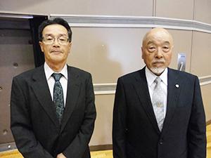 岐阜県寒天展示品評会・西尾幸久会長(左)と中嶋一昇前会長