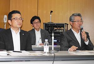 右から伊藤忠食品の角田憲治氏、星利夫氏、リンベルの鈴木俊氏
