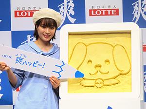 「爽ハッピースプーン」で巨大な「爽」に犬の絵を描いた広瀬すず