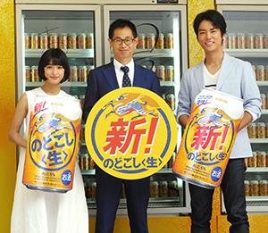 専用車の冷蔵ケースの前に並ぶ、川崎篤史ブランドマネージャー(中央)と桐谷健太(右)、門脇麦
