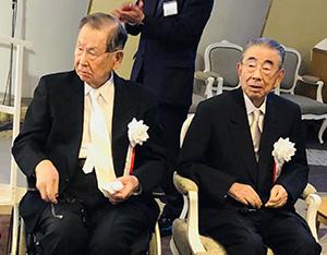 伊藤雅俊名誉会長(左)と鈴木敏文名誉顧問のそろい踏み