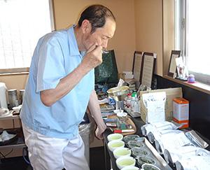 お茶の品質検査をする林長史会長