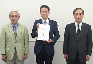 会見に出席した(左から)大羽恭史副会長、遠藤栄一委員長、全漬連の藤川研四郎専務理事