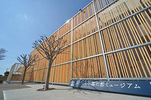 県産材のヒノキを使用した「ふじのくに茶の都ミュージアム」外塀