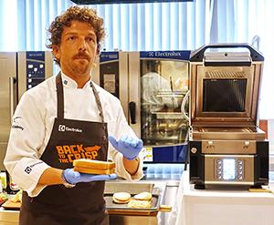 スピーデライトの調理プレゼンテーションを行ったパオロ・ペッテヌーツォ氏