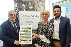 (左から)イタリア大使館貿易促進部のアリスティデ・マルテッリーニ氏、マリア・パトリツィア・ニエーロ副会長、フランチェスコ・ミネッティ氏