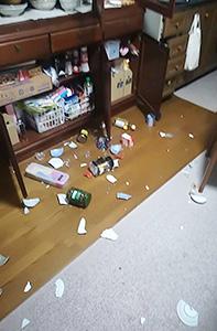 食器棚から散乱(関西支社・服部記者自宅)