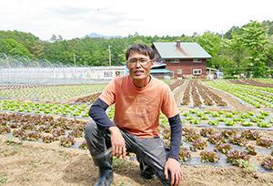 八ヶ岳を望む標高1000m以上の農場で野菜作りを行う萩原氏