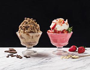 ミルクチョコレートコーヒーかき氷(左)とホワイトチョコレートストロベリーかき氷