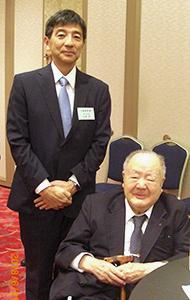 山崎和新会長(左)と清水信次名誉会長