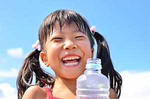 「安全・安心」の追求は清涼飲料の根本的価値となる。こどもたちの笑顔を守る役割も担っている