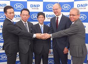 合弁会社設立に向けて握手をする大日本印刷とSIG社の幹部