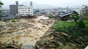 押し流され、倒壊する家屋(写真は広島市安佐北区口田南地区=7日撮影)