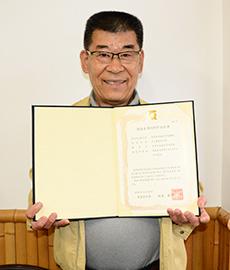 徳島県版HACCP認証書を手にする瀧原満社長