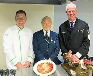 左からペドロ・カスコ指導部長、宇都宮久俊全日本司厨士協会会長、ヘスス・デルガード代表