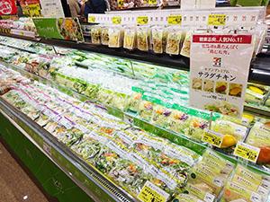 人気が続くサラダチキンは青果売場などとのクロスMDも