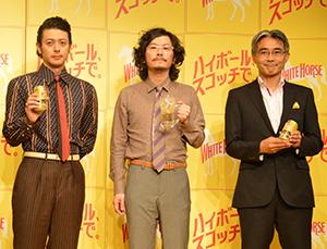新商品の「ホワイトホース ハイボール」を手に持つ西海枝毅社長(右)とオダギリジョー(左)