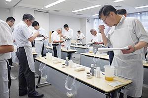 審査員は学識経験者などの36人、オブザーバーに職人醤油の高橋万太郎代表も招いた