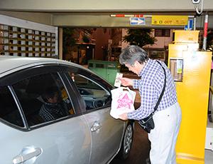 駐車場利用者に乾麺をプレゼント