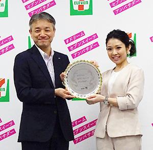 石橋誠一郎取締役(左)と特別アンバサダー