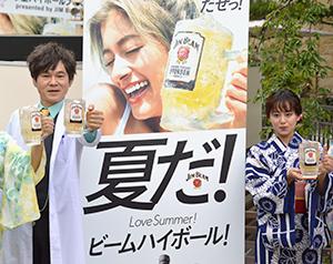「MEGA ジムビーム ハイボール」を手に持つ、甲本雅裕(左)と宮崎香蓮