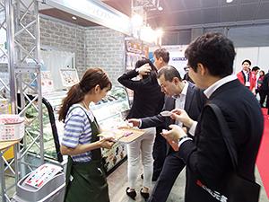 6月20~21日開催の「三井食品フードショー」では飼い主とペットがハレの日に一緒に食べられるデザートを提案
