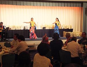 フラダンスのショーなどで盛り上がった納涼ビアパーティー