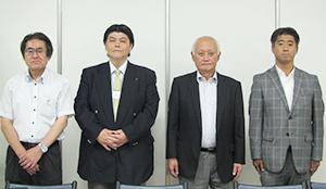 左から古海利明常務、齋藤正久常務、皆川昭弘社長、菊地正芳課長