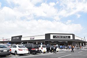 近隣購買型ショッピングセンター「イオンタウン君津店」の核店「イオンスタイル君津」(千葉県君津市=3月30日開店)は、イートインを充実しており開店前には約1000人が列を作った