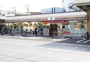 路面型の太陽光パネルなど最新の環境配慮技術を導入した「セブンイレブン相模原橋本台1 丁目店」(神奈川県相模原市=18年5 月22日開店)。作業負荷低減と環境配慮の最先進店と位置付けている